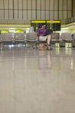 Aeropuerto de Using Laptop In de la empresaria fotos de archivo