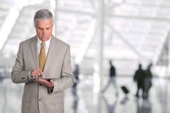 Aeropuerto de Using Tablet Computer del hombre de negocios Imagenes de archivo