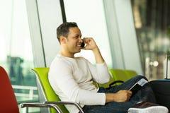 Aeropuerto del teléfono del hombre que habla imagen de archivo libre de regalías