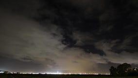 Aeropuerto en una demostración de la noche metrajes