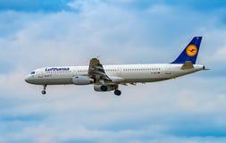 AEROPUERTO FRANCFORT, ALEMANIA: 23 DE JUNIO DE 2017: Airbus A321-200 LUFTHA Fotos de archivo