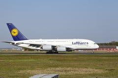 Aeropuerto internacional de Francfort - Airbus A380 de Lufthansa saca Fotografía de archivo