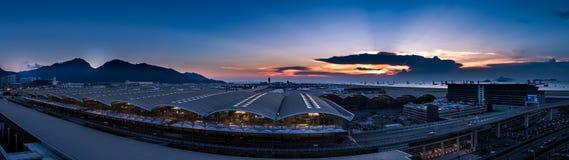 Aeropuerto internacional de Hong-Kong en el crepúsculo Foto de archivo libre de regalías