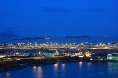 Aeropuerto internacional de Hong-Kong en el crepúsculo foto de archivo
