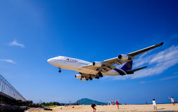 Aeropuerto internacional de Phuket del aterrizaje imagenes de archivo