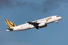 Aeropuerto internacional de salida de Tiger Airways Airbus A320-232 VH-VND Melbourne Fotos de archivo libres de regalías