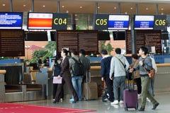 Aeropuerto internacional de Shenyang Taoxian Pasajeros en el contador de enregistramiento Provincia de Shenyang, Liaoning, Subdis fotos de archivo