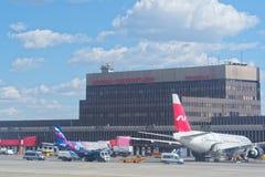 Aeropuerto internacional de Sheremetyevo, opinión sobre el edificio del terminal F de la pista Imagen de archivo libre de regalías