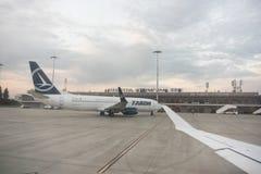 Aeropuerto internacional de Sibiu con el aeroplano de Tarom en el fondo foto de archivo libre de regalías