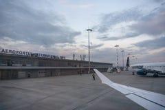 Aeropuerto internacional de Sibiu con el aeroplano de Tarom en el fondo imagen de archivo