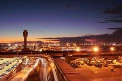Aeropuerto internacional del puerto del cielo de Phoenix en la noche fotos de archivo libres de regalías
