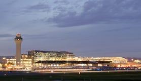 Aeropuerto internacional PDX en la noche - el aeropuerto m?s grande y mejor de Portland del estado de Oregon foto de archivo libre de regalías
