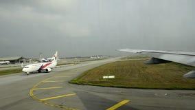 Aeropuerto Kuala Lumpur y aeroplanos almacen de video