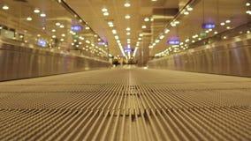 Aeropuerto moderno interior de la escalera de las escaleras m?viles Movimiento Travelator 4K almacen de video