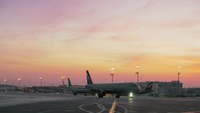 Aeropuerto ocupado de Sheremetyevo, visión por la tarde del invierno Moscú, Rusia metrajes