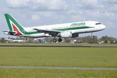 Aeropuerto Schiphol de Amsterdam - Airbus A320 de Alitalia aterriza Imagen de archivo libre de regalías