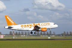 Aeropuerto Schiphol de Amsterdam - Airbus A319 de EasyJet aterriza Imágenes de archivo libres de regalías