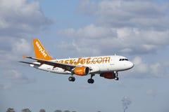 Aeropuerto Schiphol de Amsterdam - Airbus A319 de EasyJet aterriza Fotografía de archivo libre de regalías