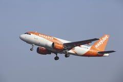 Aeropuerto Schiphol de Amsterdam - Airbus A319 de EasyJet saca Imagen de archivo libre de regalías