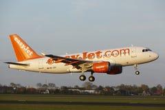 Aeropuerto Schiphol de Amsterdam - Airbus A319 de EasyJet Switzerland aterriza Foto de archivo libre de regalías