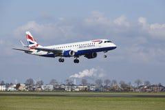 Aeropuerto Schiphol de Amsterdam - British Airways Embraer 190 aterriza fotos de archivo