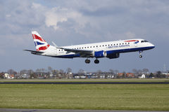 Aeropuerto Schiphol de Amsterdam - British Airways Embraer 190 aterriza imagen de archivo