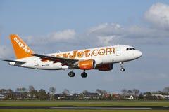 Aeropuerto Schiphol de Amsterdam - A319 de EasyJet aterriza Foto de archivo libre de regalías