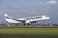Aeropuerto Schiphol de Amsterdam - Finnair Airbus A321 aterriza Fotos de archivo
