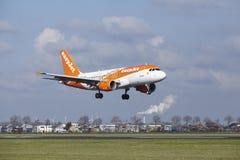 Aeropuerto Schiphol de Amsterdam - la librea Airbus A319 de Easyjet Amsterdam aterriza Fotografía de archivo libre de regalías