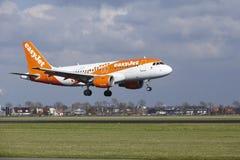 Aeropuerto Schiphol de Amsterdam - la librea Airbus A319 de Easyjet Amsterdam aterriza Imagen de archivo libre de regalías