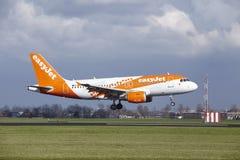 Aeropuerto Schiphol de Amsterdam - la librea Airbus A319 de Easyjet Amsterdam aterriza Fotografía de archivo