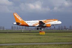 Aeropuerto Schiphol de Amsterdam - la librea Airbus A319 de Easyjet Amsterdam aterriza Imagenes de archivo