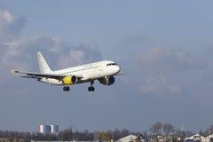 Aeropuerto Schiphol de Amsterdam - Vueling Airbus A320 aterriza Imagen de archivo libre de regalías