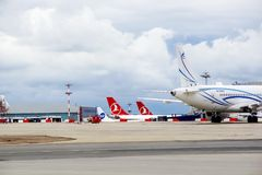 Aeropuerto Vnukovo, vista de la pieza de las colas de aviones de la línea aérea Turkish Airlines, Gazpromavia, Utair En julio de  Imagenes de archivo