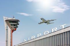 Aeropuerto y el plano grande Imagen de archivo