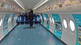 Aeropuertos de Amsterdam con los aviones de pasajeros en Holanda foto de archivo
