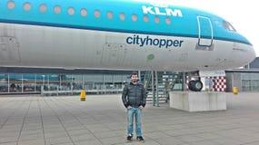 Aeropuertos de Amsterdam con los aviones de pasajeros en Holanda imágenes de archivo libres de regalías