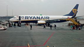 Aeropuertos de Amsterdam con los aviones de pasajeros en Holanda imagenes de archivo