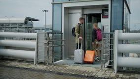Aeropuertos que se van tur?sticos con equipaje almacen de video