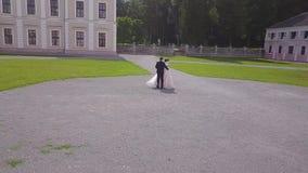 Aeroshoot del ballo di nozze nel cortile del castello stock footage