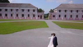 Aeroshoot van de huwelijksdans in de binnenplaats van het kasteel stock footage