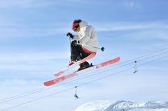 Aeroski: ein Skifahrer auf einem Hochsprung Stockbilder