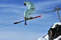 Aeroski: Skifahrer, der ein Tele-heli durchführt Stockfotos