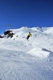 Aeroski: Skifahrer in der gelben Jacke entfernt sich Stockbilder
