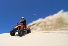 Aerosol grande de la arena del jinete del quadbike de ATV en el du Imagen de archivo libre de regalías