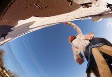 Aerosol kann Künstler auf Leiter Stockfotografie