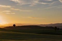 Aerostación en la puesta del sol Fotos de archivo libres de regalías