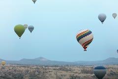 Aerostación en naturaleza Vuelo de los globos del aire caliente sobre el valle imágenes de archivo libres de regalías