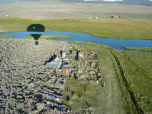 Aerostación sobre casa de rancho en mamut Imagen de archivo libre de regalías