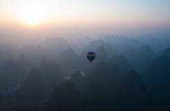 Aerostación sobre Yangshuo Fotos de archivo